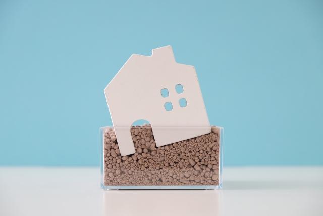 瑕疵担保責任と傾いた家のイメージ